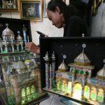 011480200_1465977360-20160615-Permintaan-miniatur-masjid-mahar-meningkat-Boy-Harjanto-2